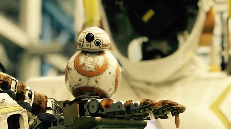 Robot Valkiria sostiene un pequeño BB-8