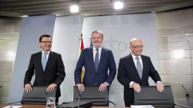 El ministro de Economía Román Escolano (i), El ministro Portavoz Iñigo Méndez de Vigo (c), y el ministro de Hacienda Cristóbal Montoro.