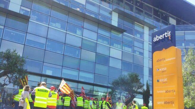 Protesta sindical en Barcelona frente a la sede de Abertis.