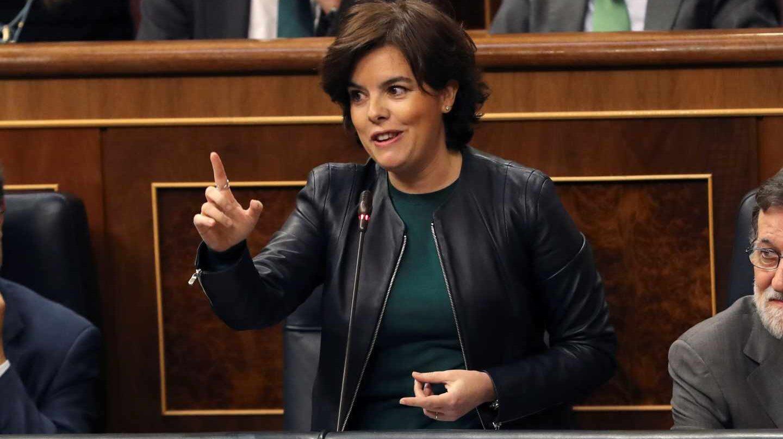 La vicepresidenta del Gobierno, Soraya Sáenz de Santamaría, interviene en la sesión de control del Congreso.
