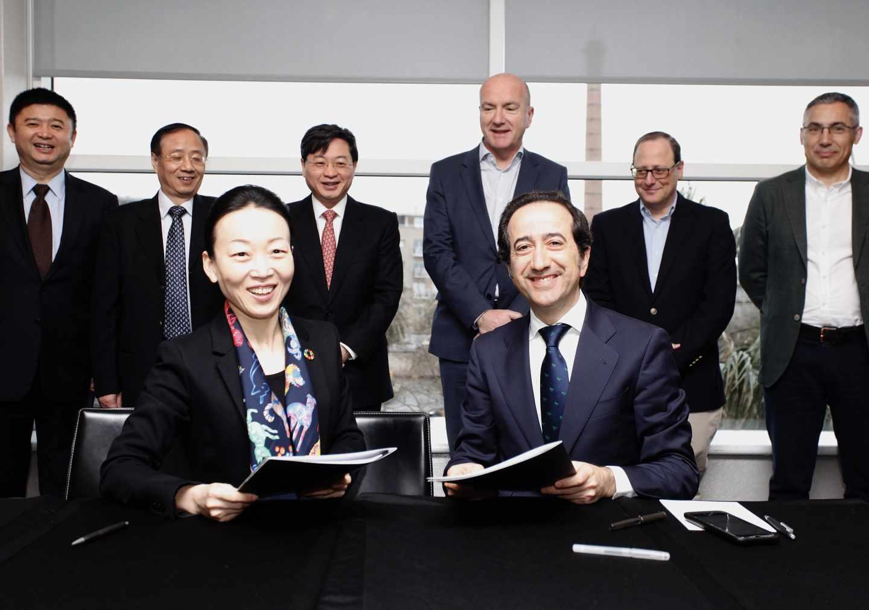 Meng Shusen, Directora General de Negocios Globales de China Unicom y Vicente Muñoz, Director Global de IoT de Telefónica.