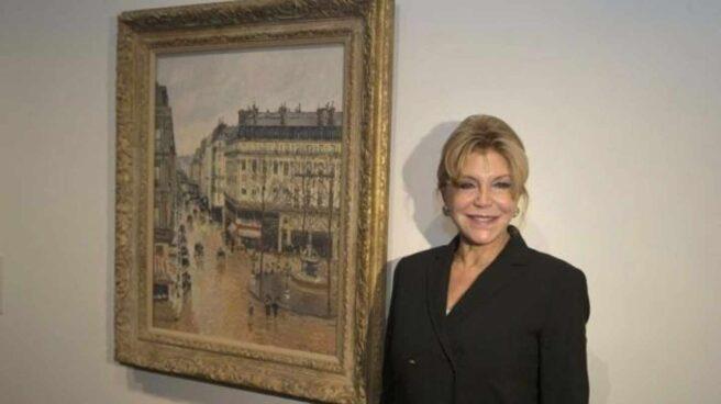 La baronesa Thyssen con el cuadro de Pisarro.