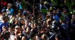Los familiares, ante la policia venezolana.