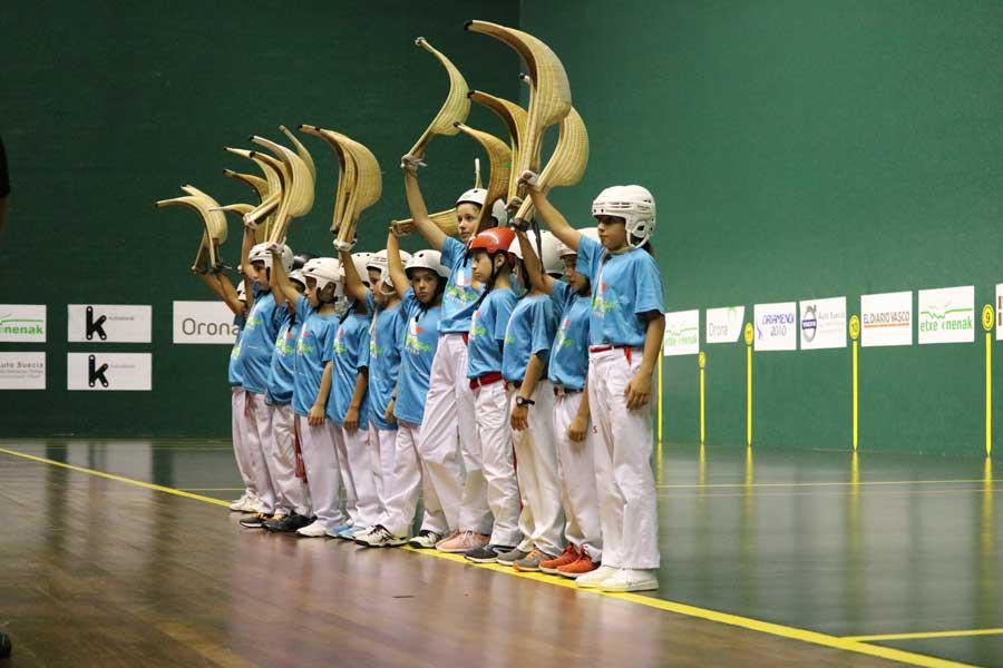 Jóvenes jugadores de cesta punta de clubes integrados en 'Xistera' durante uno de los partidos organizados por el proyecto.