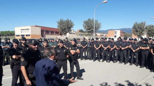 El ministro Juan Ignacio Zoido, durante su visita a guardias civiles desplegados en Cataluña.