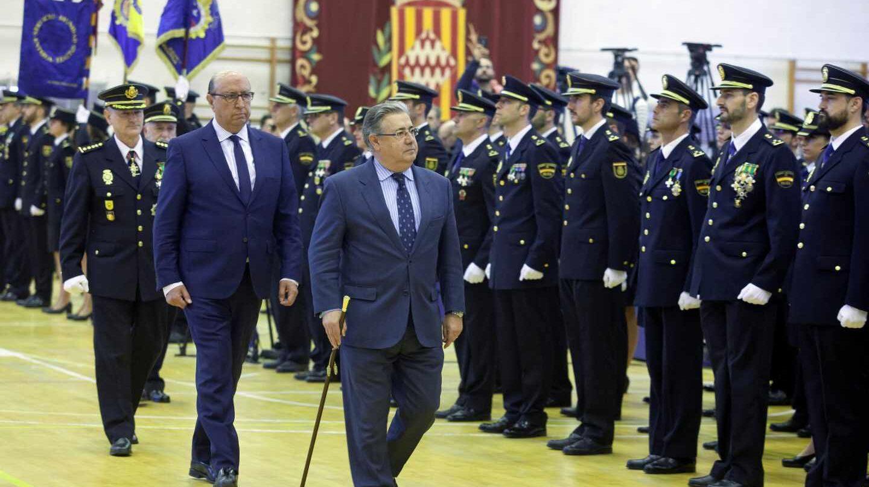 El ministro Zoido pasa revista a los 175 nuevos inspectores de Policía que juraron el pasado jueves en Ávila.