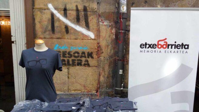 Venta de camisetas en recuerdo de Txabi Etxebarrieta, primer asesino de ETA.