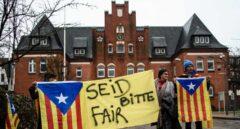 """""""Por favor, sed justos"""": independentistas frente a la prisión de Puigdemont en Neumünster (Alemania)."""