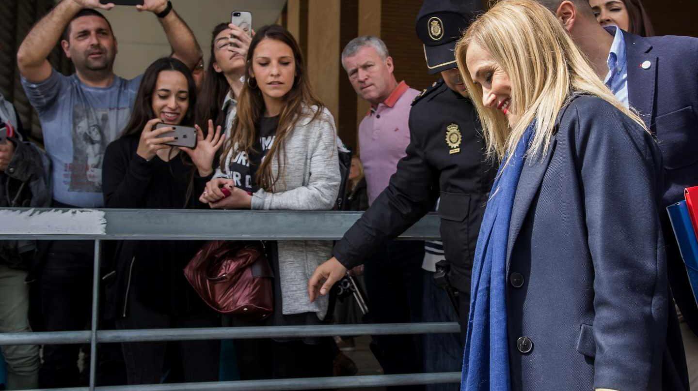 La presidenta de la Comunidad de Madrid, Cristina Cifuentes, a su llegada a la estación de Santa Justa de Sevilla para asistir la Convención Nacional del PP.