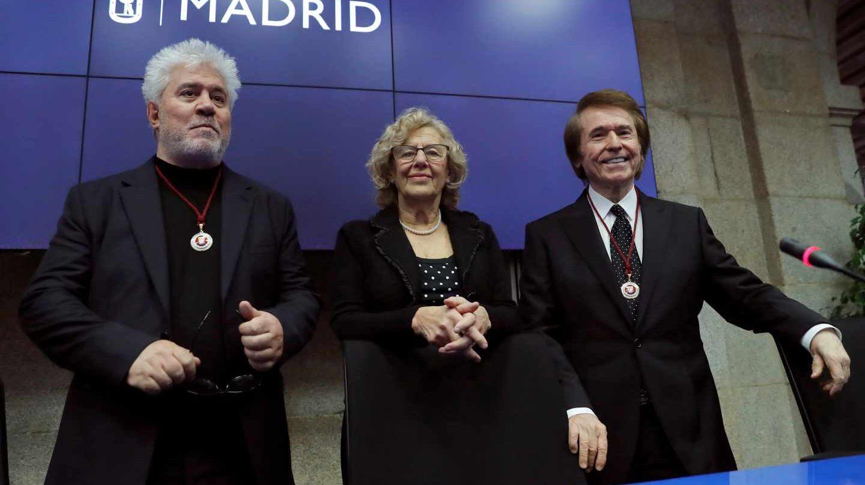 La alcaldesa de Madrid, Manuela Carmena, entre Pedro Almodóvar y Raphael.