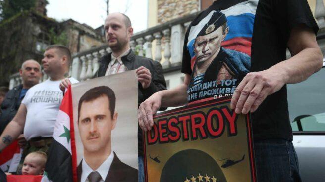 Protesta en Belgrado con imágenes de Al Asad y Putin.