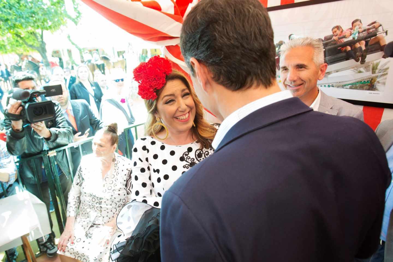Susana Díaz y Pedro Sánchez se saludan en una caseta del ferial de Sevilla.
