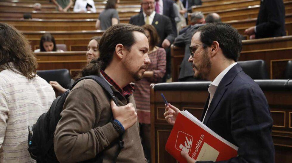 El líder de Podemos, Pablo Iglesias, junto al coordinador federal de IU, Albeto Garzón, este miércoles en el Pleno.