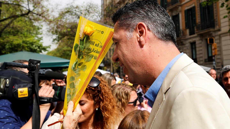 El presidente del PPC, Xavier García Albiol, ante una rosa amarilla el Día de San Jordi.