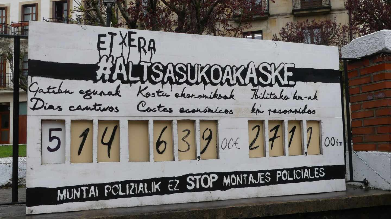 Carteles en Alsasua en apoyo a los ocho acusados de agredir a dos guardias civiles y sus parejas.