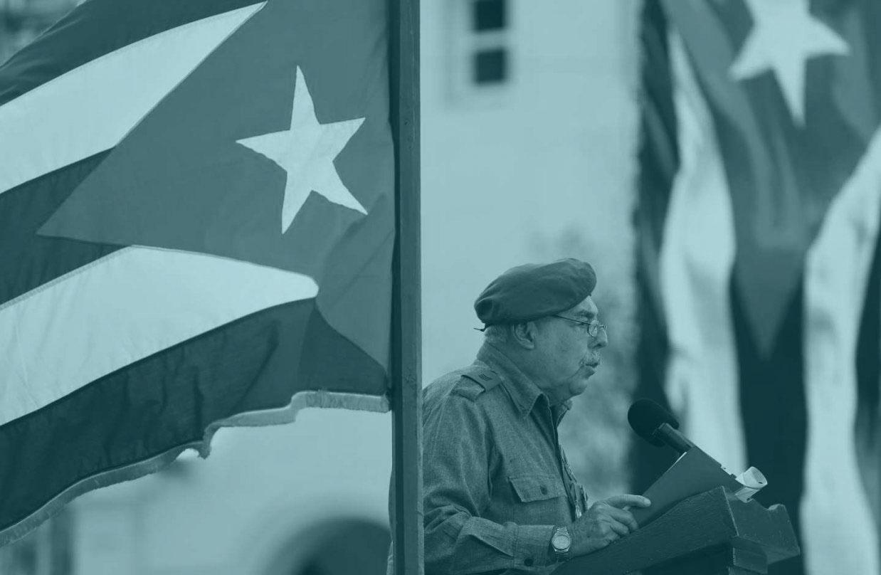 Un combatiente de Playa Girón, cuyo 57 aniversario ha sido esta semana, da un discurso entre banderas de Cuba.