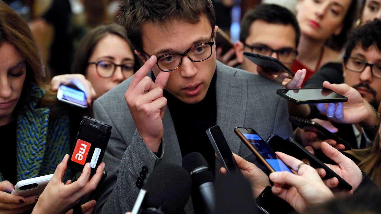 Íñigo Errejón atiende a los periodistas en el Congreso.