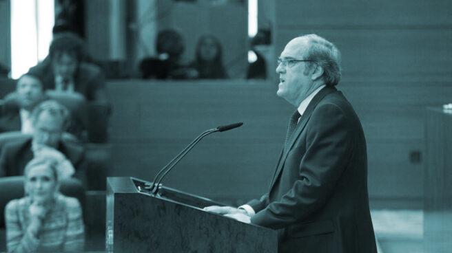 Ángel Gabilondo durante una intervención en la Asamblea de Madrid, en presencia de Cristina Cifuentes.