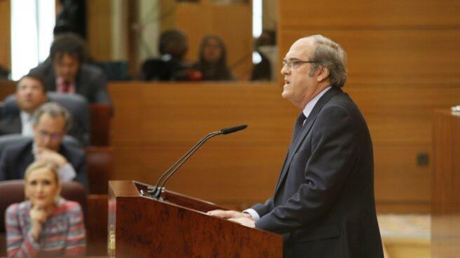 Angel Gabilondo, observado por Cifuentes en la Asamblea de Madrid.