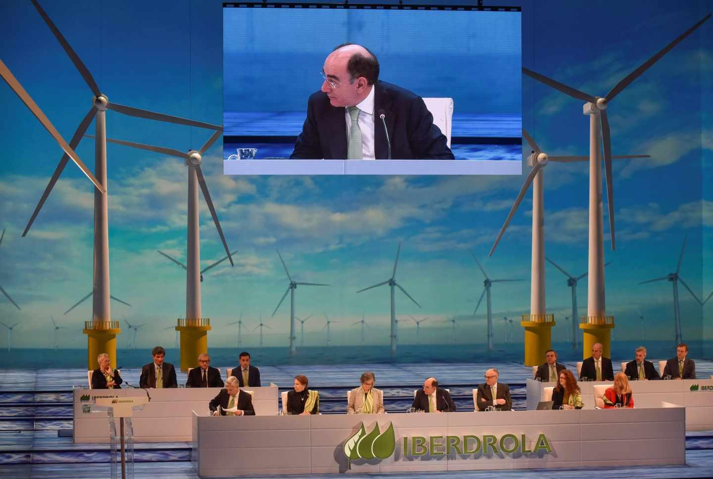 El presidente de Iberdrola, Ignacio Galán (c), durante la junta general de accionistas celebrada hoy en Bilbao, en la que ha anunciado que la compañía espera cerrar 2018 con un beneficio bruto de explotación (ebitda) superior a los 9.000 millones de euros, un 20 % superior al del año pasado, y que su beneficio neto se sitúe cerca de los 3.000 millones, frente a los 2.804 millones que obtuvo en 2017, lo que supondría un 7 % más.