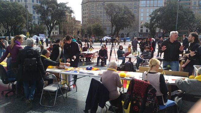 Acampados en Plaza de Cataluña, durante el seguimiento de una sesión de investidura.