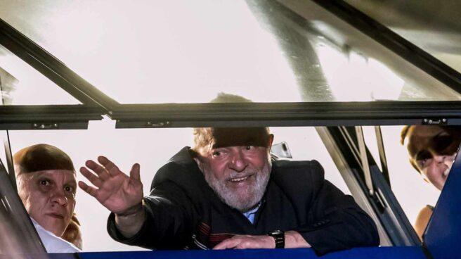 El ex presidente de Brasil Lula da Silva saluda desde la sede de Metalúrgicos de Sao Bernardo do Campo.