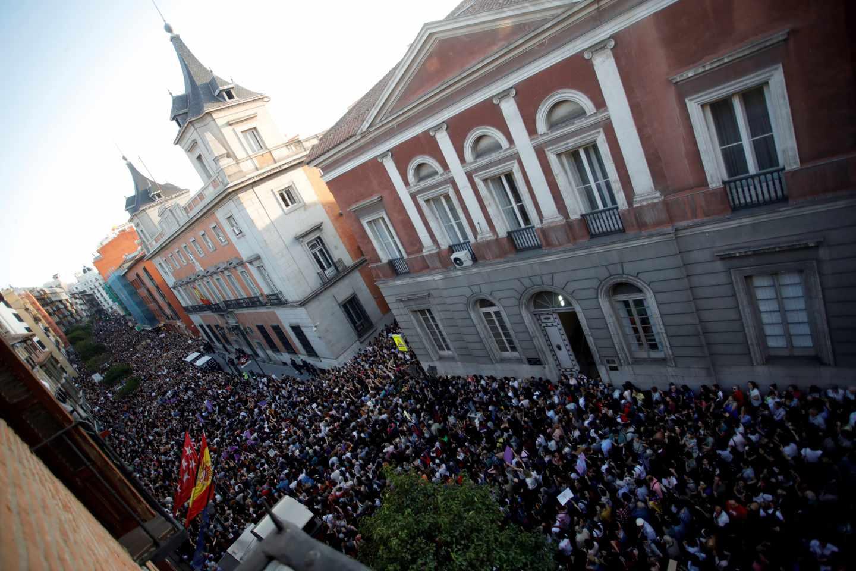 Miles de personas asisten a la concentración convocada por colectivos feministas esta tarde frente al Ministerio de Justicia, en Madrid, para expresar su apoyo y solidaridad a la víctima de los miembros de La Manada, después de conocerse la sentencia que les declara culpables de un delito continuado de abuso sexual y no de violación.