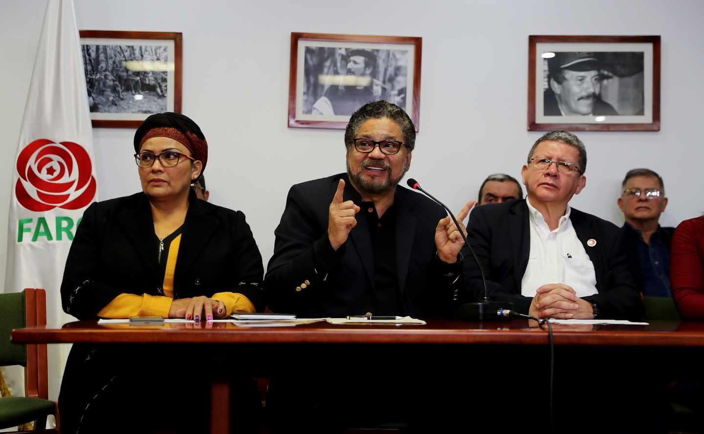 Iván Márquez, en el centro, en una rueda de prensa sobre la crisis del proceso de paz en Bogotá.
