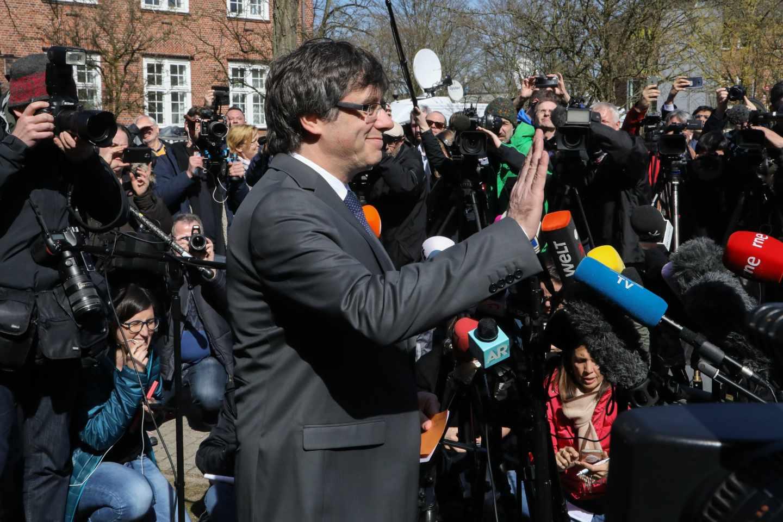 El expresidente de la Generalitat de Cataluña Carles Puigdemont (c) abandona la cárcel de Neumünster en Alemania, hoy, 6 de abril de 2018. Puigdemont ingresó en prisión el pasado 25 de marzo tras ser detenido en aplicación de la euroorden dictada por España.
