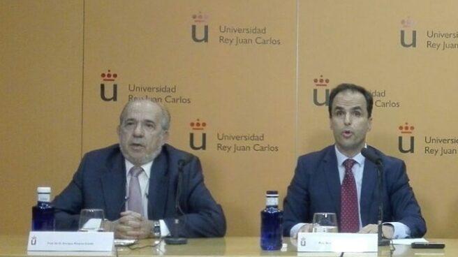 Enrique Álvarez Conde y el rector Javier Ramos, en la conferencia de prensa ofrecida el pasado 21 de marzo.