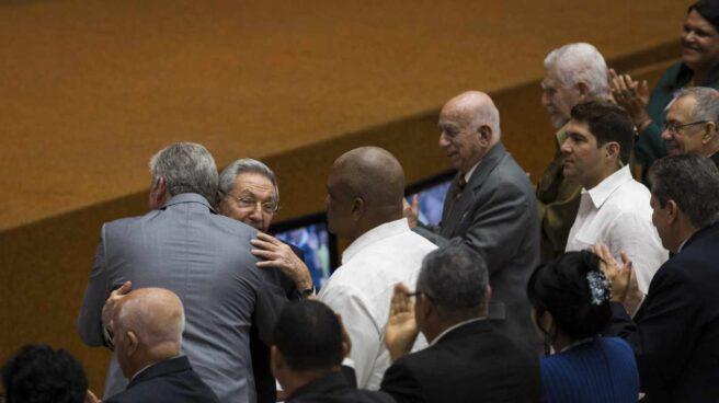 Díaz-Canel y Raúl Castro se abrazan tras conocerse el relevo en Cuba.