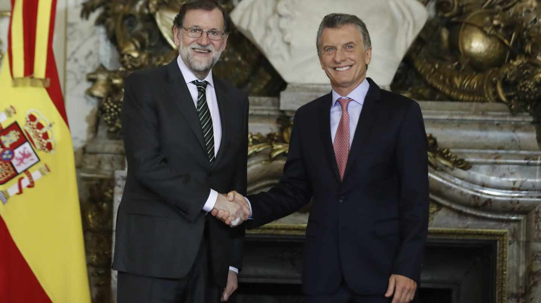 Rajoy y Macri se saludan en la Casa Rosada en Buenos Aires (Argentina).