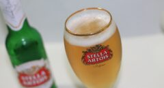 Una copa de cerveza Stella Artois.