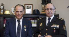 Javier Tebas y Florentino Villabona cuando el primero recibió la medalla al mérito policial.