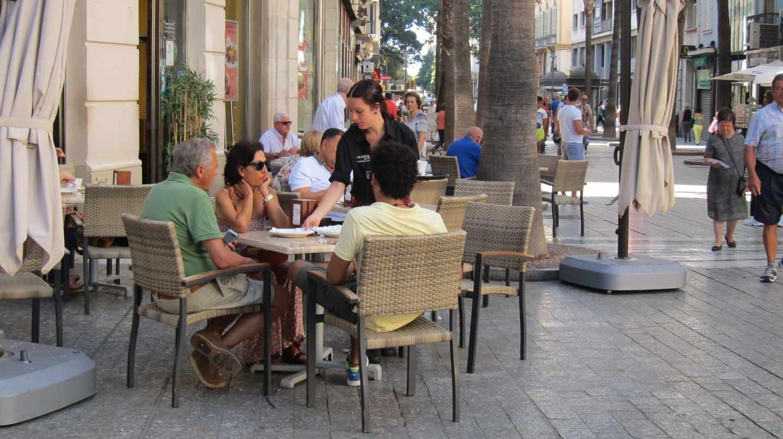 Una camarera trabaja en una terraza de Madrid.
