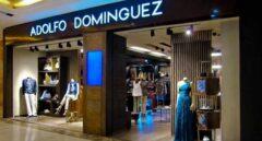 Adolfo Domínguez elimina las marcas U y AD+ y cierra más de 300 tiendas en seis años.