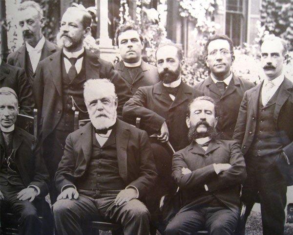 El almirante Pascual Cervera y Topete (abajo, en el centro), en Cuba en el año 1898.