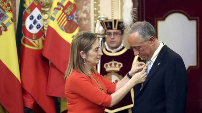 La presidenta del Congreso de los Diputados, Ana Pastor (i), impone la medalla de esta institución al presidente de Portugal, Marcelo Rebelo de Sousa.