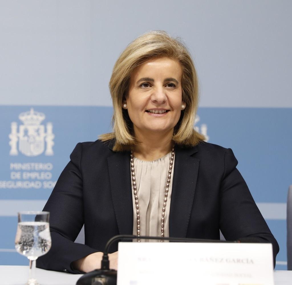 La ministra de Empleo, Fátima Báñez, es partidaria de equilibrar las cuentas de la Seguridad Sociall para poder subir las pensiones.