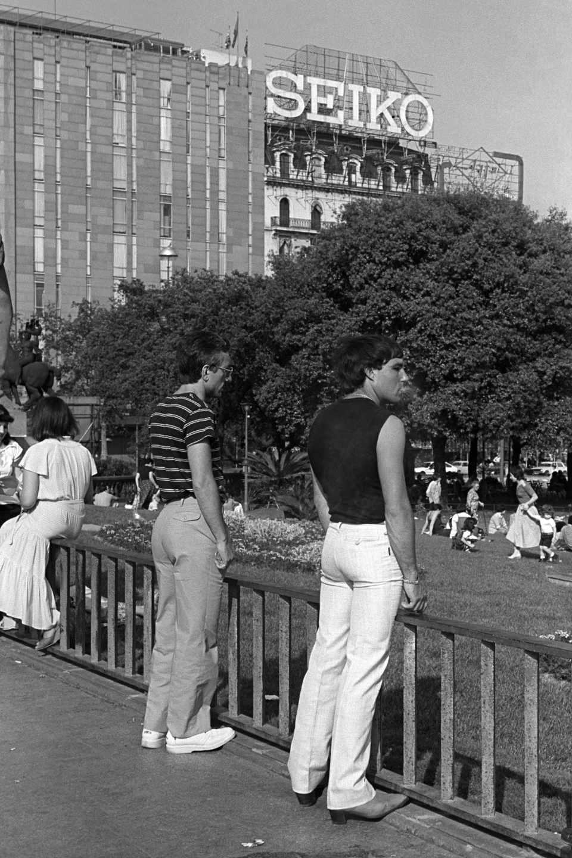 Prostitución masculina en la plaza de Catalunya. 1979