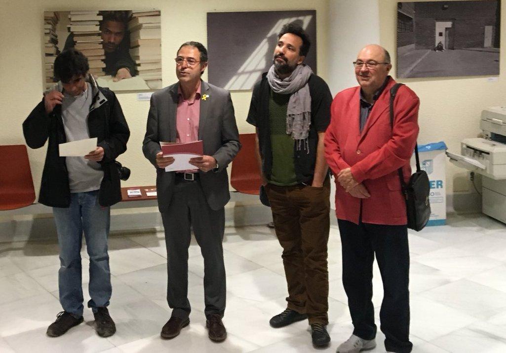 Calderó, segundo por la izquierda, en la inauguración de una exposición organizada por su departamento el pasado 19 de abril.