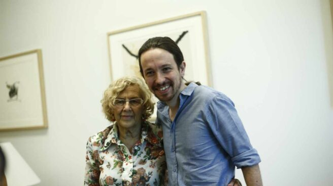 Manuela Carmena y Pablo Iglesias abrazados posando para una fotografía