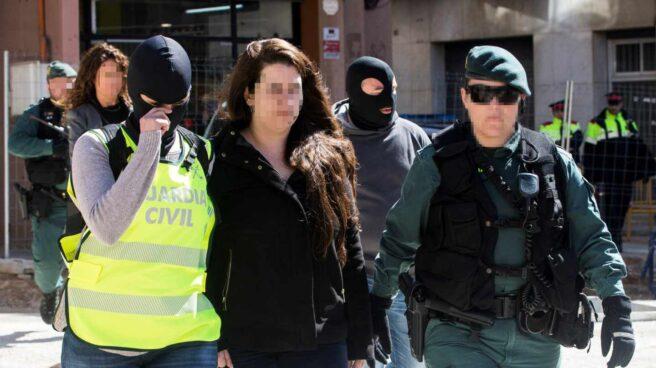 La Guardia Civil acompaña a la detenida de los CDR en Viladecans.