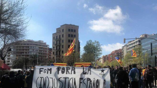 Manifestantes convocados por los CDR se manifiestan en Barcelona por la visita del Rey Felipe.
