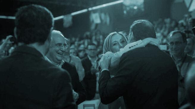El abrazo de Rajoy y Cifuentes
