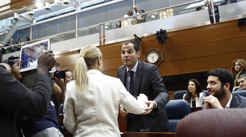 Ignacio Aguado saluda a Cristina Cifuentes, en la asamblea de Madrid.
