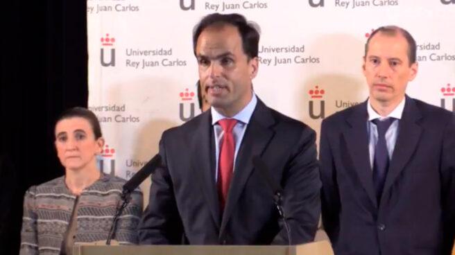 El rector de la URJC, Javier Ramos, el pasado 6 de abril cuando anunció que la universidad no podía probar que la defensa del TFM de Cifuentes hubiese tenido lugar.