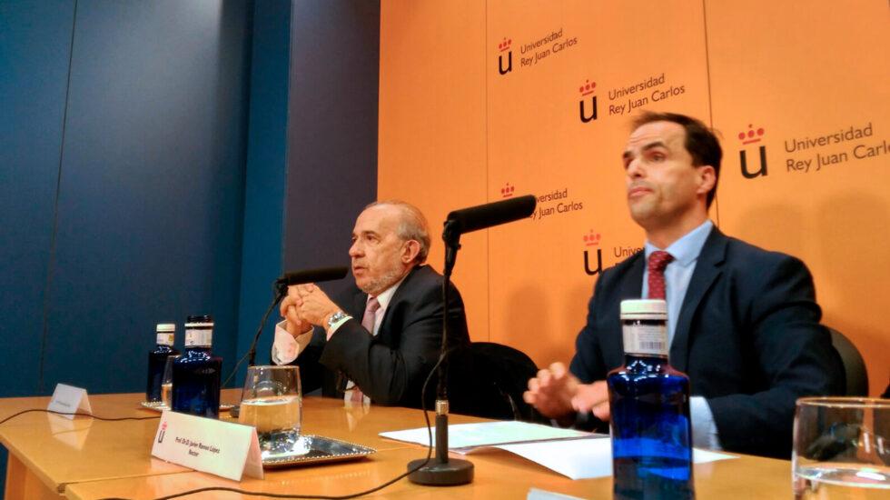 El rector de la URJC, Javier Ramos, junto al catedrático Enrique Álvarez Conde el pasado 21 de marzo.