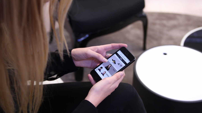 Así nos gusta comprar: mirando en el móvil las redes sociales y acudiendo a la tienda