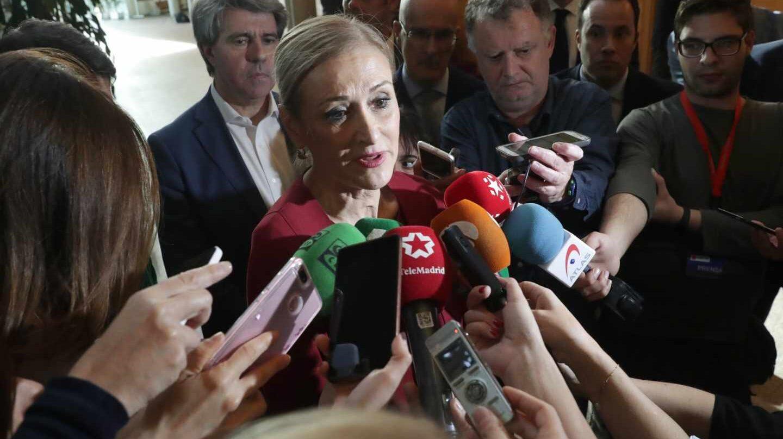 Cristina Cifuentes atiende a los medios en la Asamblea de Madrid, este jueves.